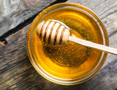 Miele e bicchiere di acqua calda